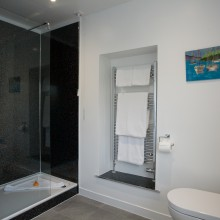 Linnhe suite ensuite bathroom.